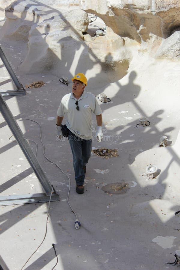 Чистка и восстановление фонтана Trevi стоковые изображения