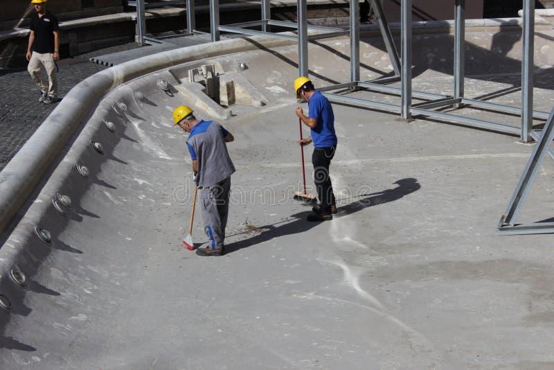 Чистка и восстановление фонтана Trevi стоковое фото rf
