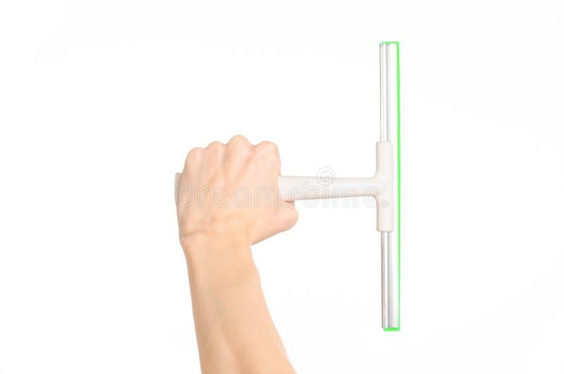 Чистка домочадца и тема окон стирки: рука человека держа окна шабера зеленого цвета изолированный на белой предпосылке в stu стоковое фото rf