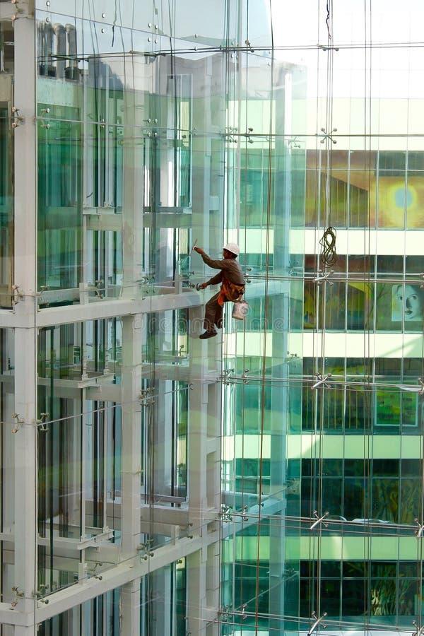 Чистка фасада здания стеклянная стоковое фото