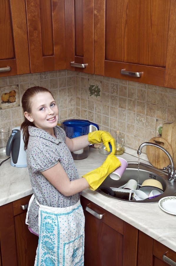 чистка dishes детеныши девушки стоковая фотография rf