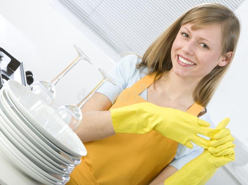 чистка dishes женщина стоковые фотографии rf