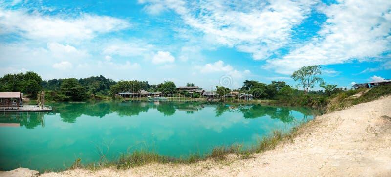 Чистое мирное озеро нефрит зеленое голубое с отражением облака и голубым небом Кристально ясный голубой пруд с белым песком на Ci стоковые изображения rf
