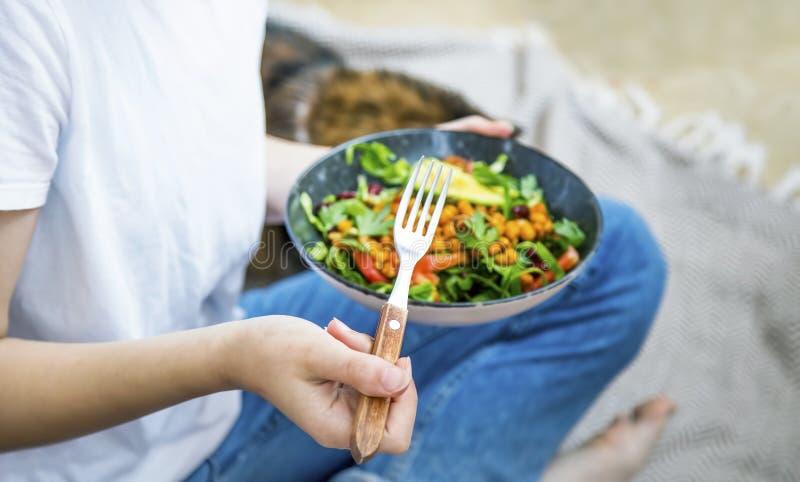 Чистое питание, вегано-здоровая чаша салата, женщина, держащая чашу салата, здоровая пища на основе растений с зелеными, салатом, стоковое изображение