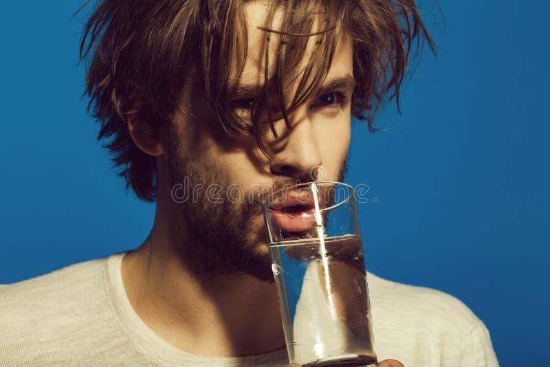 чисто вода Укомплектуйте личным составом лекарство медицины питья с водой от стекла стоковые изображения rf