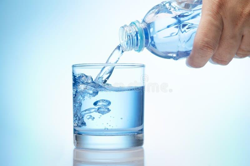 Download Чисто вода опорожняется в стекло воды от бутылки Стоковое Фото - изображение насчитывающей питчер, минерал: 40590804