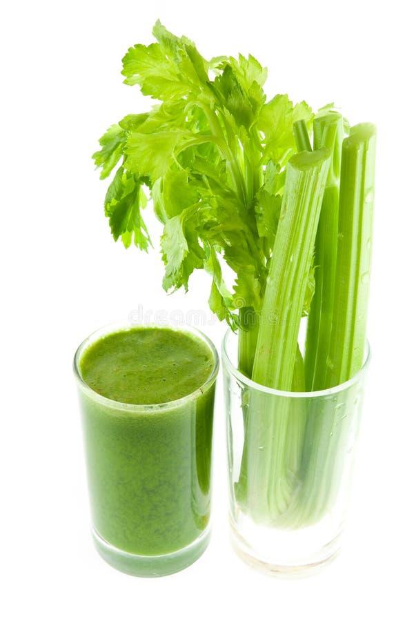 Чисто свежий зеленый сок сельдерея в изолированном стекле стоковая фотография rf