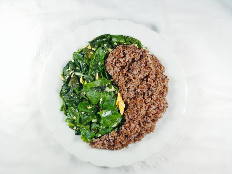 Чистые овощи Тайской кухни еды сбалансировали зажаренный рис yin-yang коричневый стоковые фото