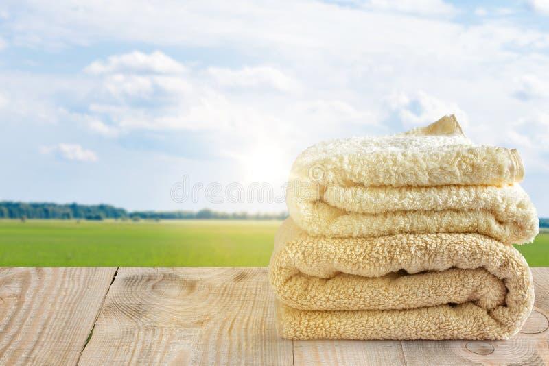 Чистые полотенца на предпосылке неба с облаками стоковые фото