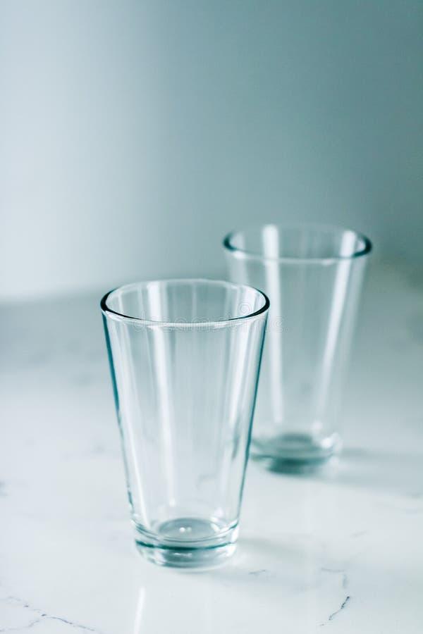 Чистые пустые стекла на мраморной таблице стоковая фотография