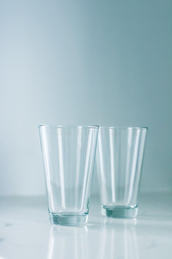 Чистые пустые стекла на мраморной таблице стоковые изображения rf