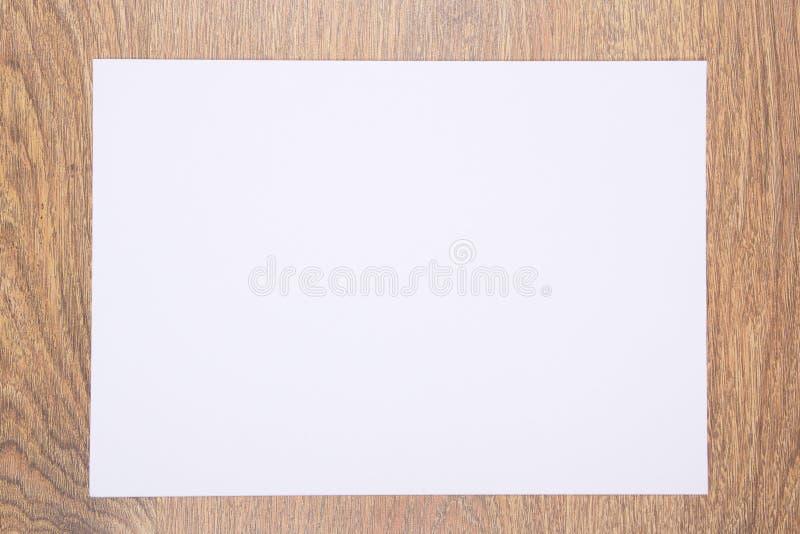 Чистый лист бумаги на деревянном столе стоковое фото