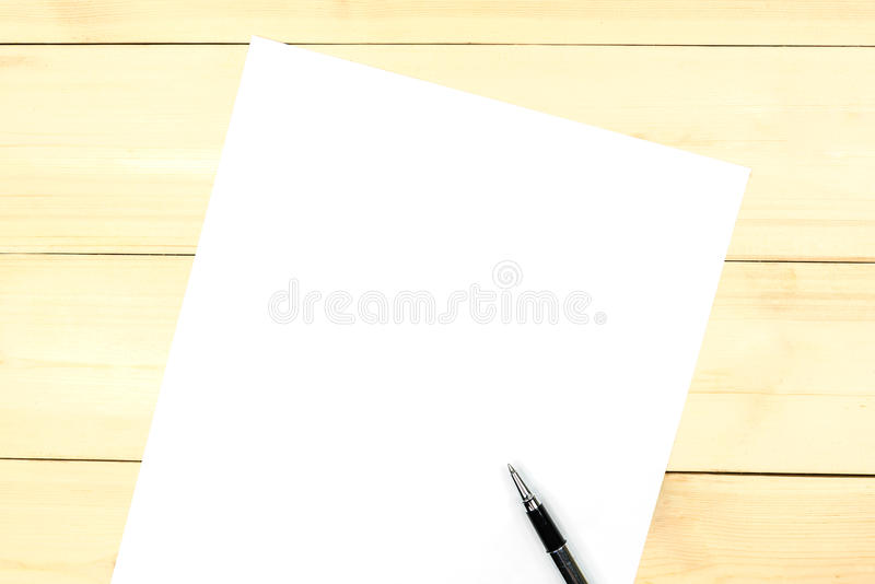 Чистый лист бумаги для вашего содержания стоковая фотография