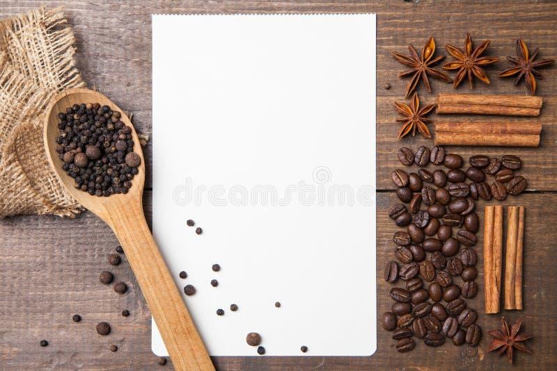 Чистый лист бумаги для рецептов с кофе и специями стоковая фотография