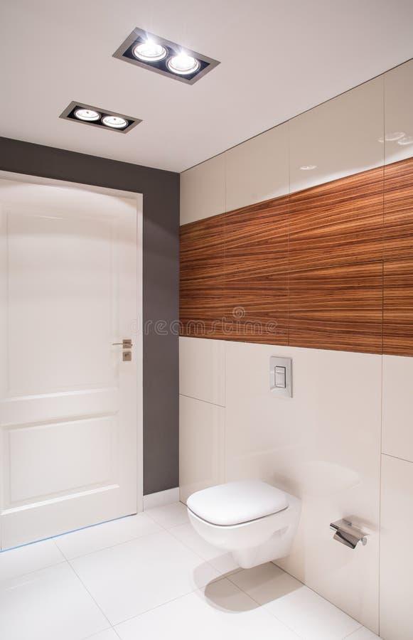 Чистый и свежий интерьер туалета стоковая фотография