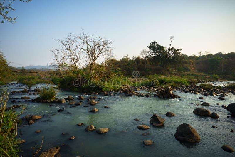 Чистый, тихий поток воды бежать над утесами стоковая фотография