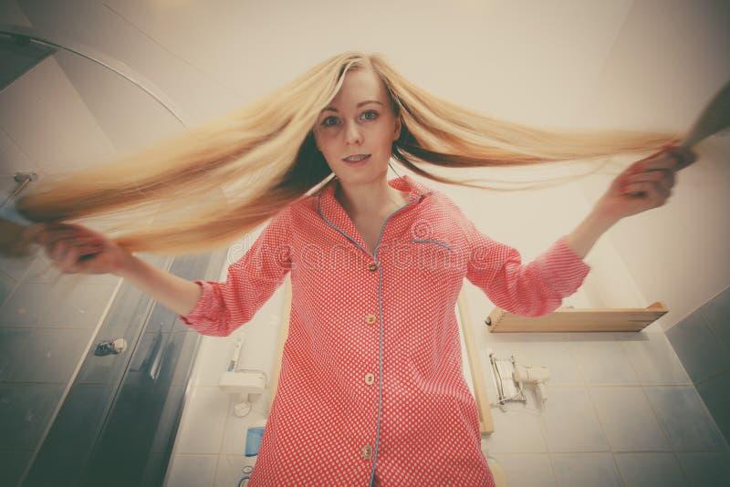 чистя щеткой волосы ее длинняя женщина стоковые изображения rf