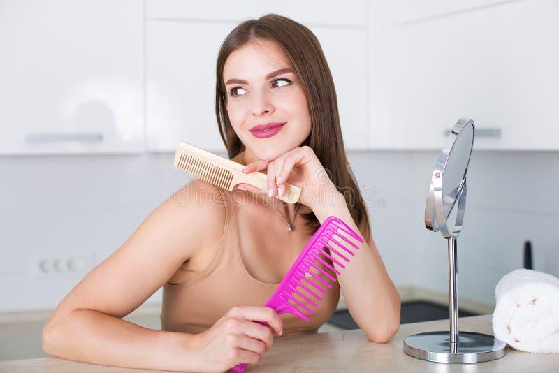 чистя щеткой волосы ее женщина стоковые изображения