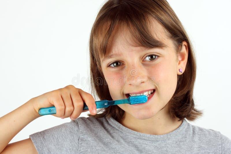 чистя щеткой девушка ее зубы молодые стоковые фото