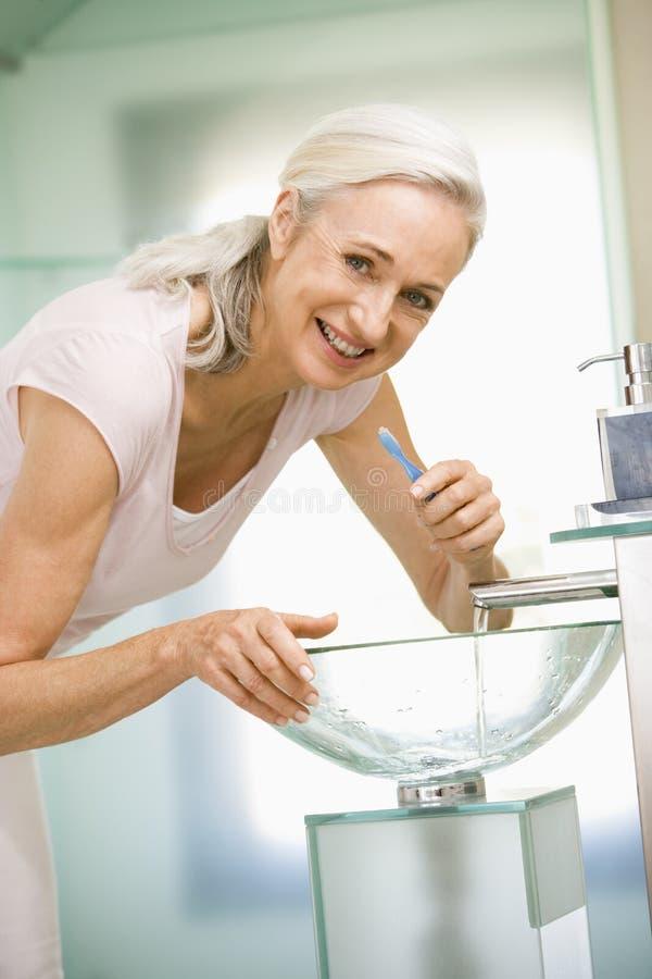 чистя щеткой женщина зубов стоковое изображение rf