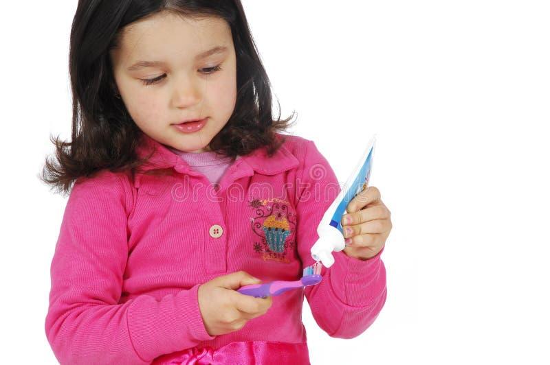 чистя щеткой зубы милой девушки маленькие стоковые изображения rf