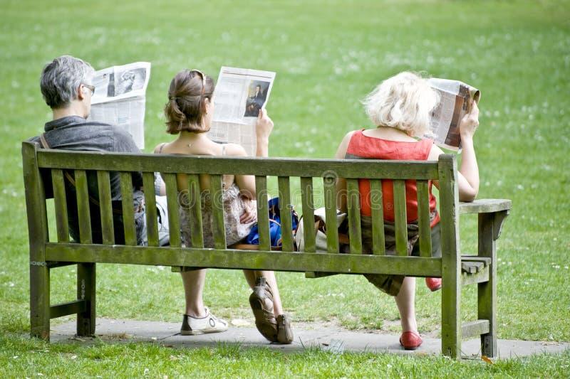 читатели газеты стоковые фотографии rf