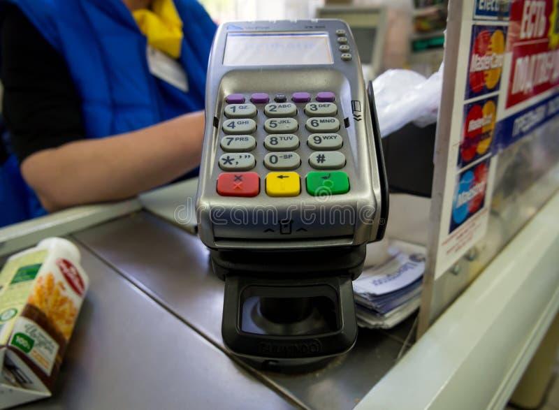 Читатель карточки на кассовом аппарате магазина стоковые изображения rf
