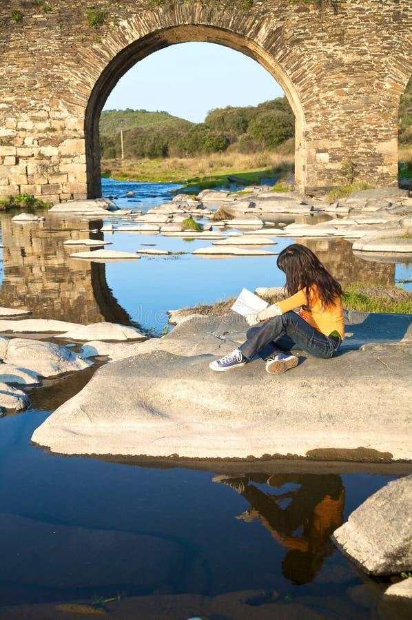 Читать вниз с моста стоковое изображение