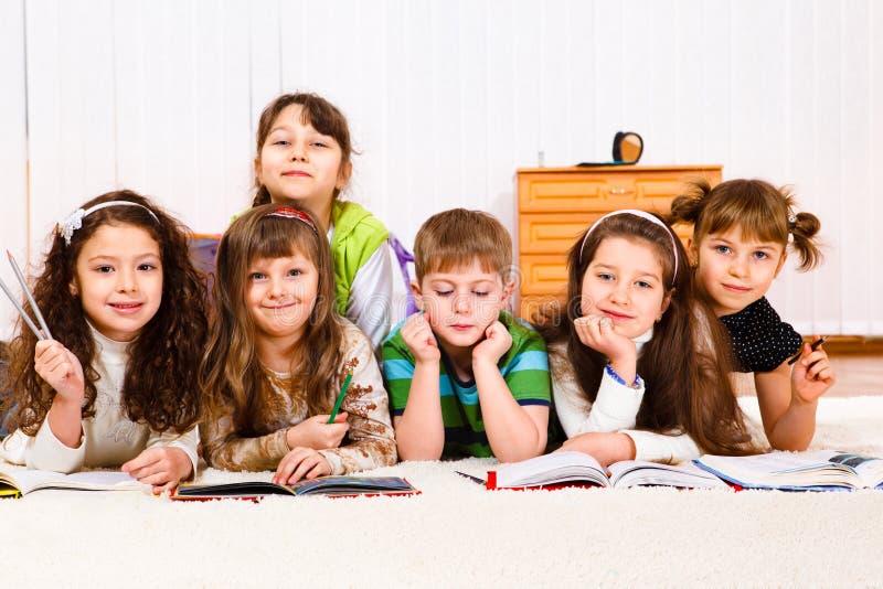 читать малышей книг стоковое изображение rf