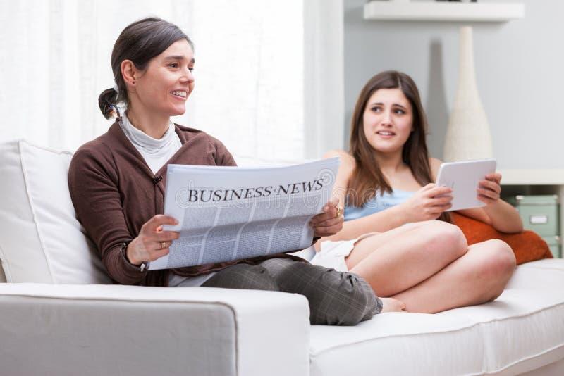Читать матери и дочери расслабляющий совместно стоковое изображение rf
