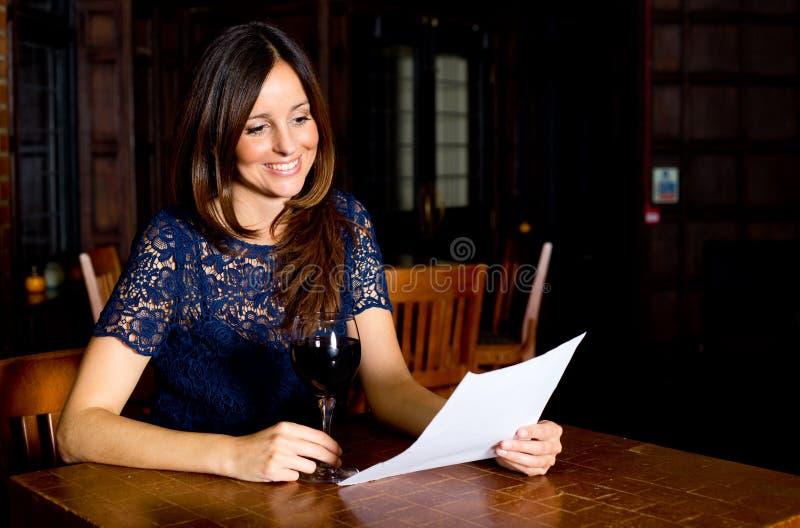 Читать письмо в баре стоковые фото