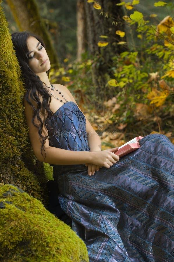читать романтичных детенышей женщины стоковая фотография