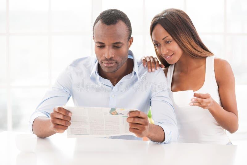 Читающ свежая газета совместно. стоковое изображение rf