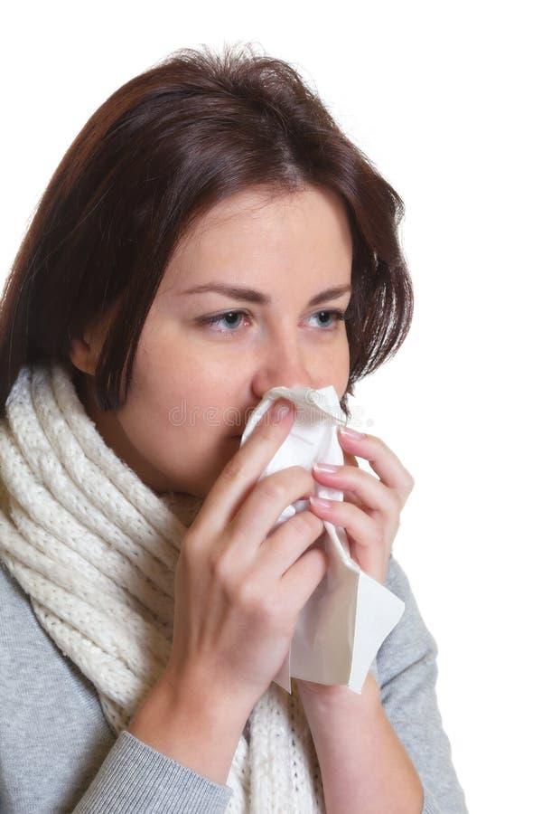 Чихая женщина с темными волосами имеет грипп стоковое изображение rf