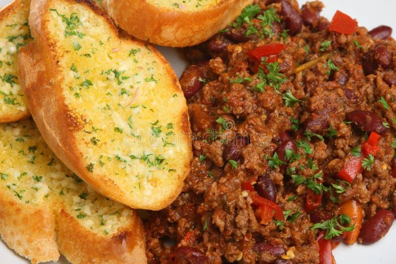 Чили с хлебом чеснока стоковое фото