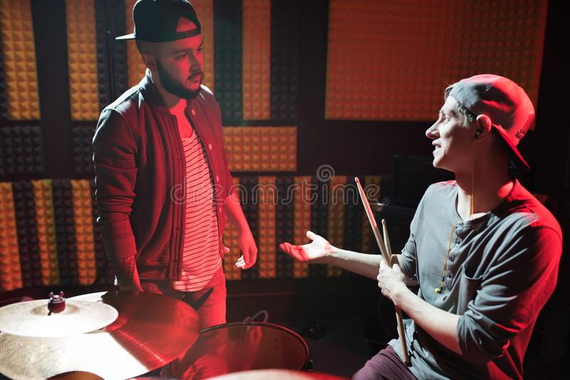 Члены банды музыки в студии звукозаписи стоковые фото