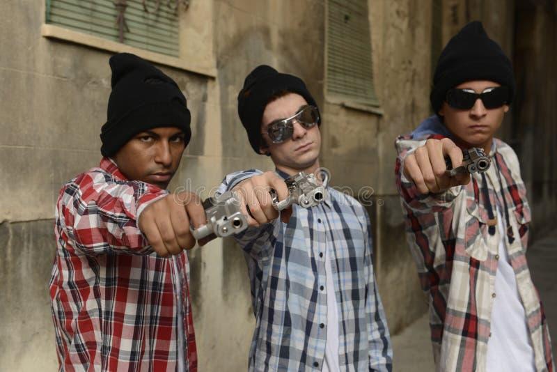 Члены шатии с пушками на улице стоковое фото rf