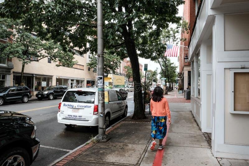Член его идти увиденный публикой вниз с улицы в городке Новой Англии стоковая фотография