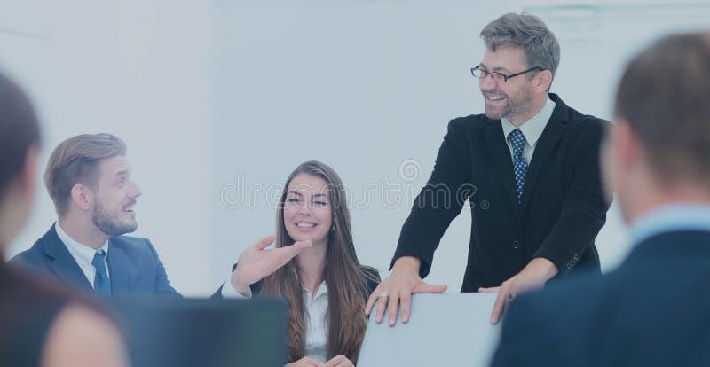 Член команды дела спрашивает вопрос к диктору на a стоковые фото