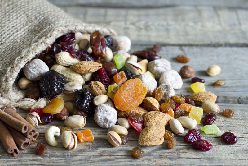 Чокнутые и высушенные плодоовощи на винтажных деревянных досках стоковые фотографии rf