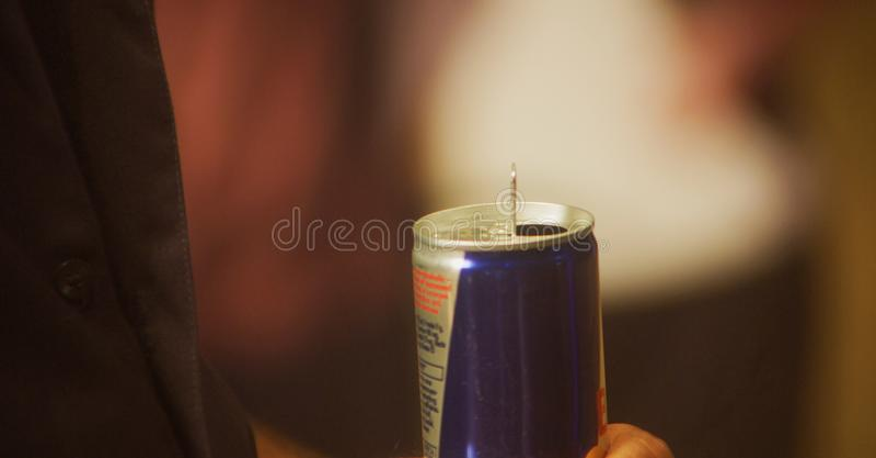 Чонсервная банка удерживания руки питья энергии стоковое фото