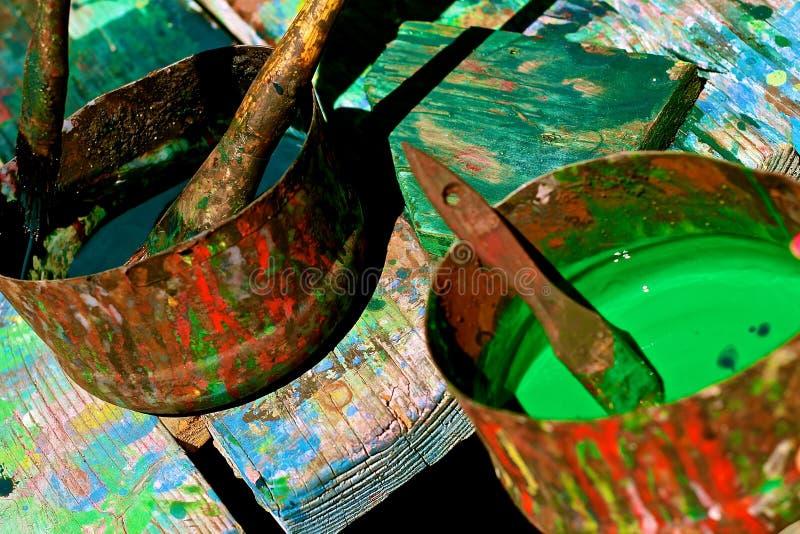 Чонсервные банкы красочных красок на таблице искусства стоковое изображение