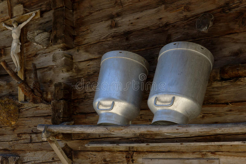 Чонсервные банкы молока в высокогорной хате Деревенская сцена сельского хозяйства стоковые изображения