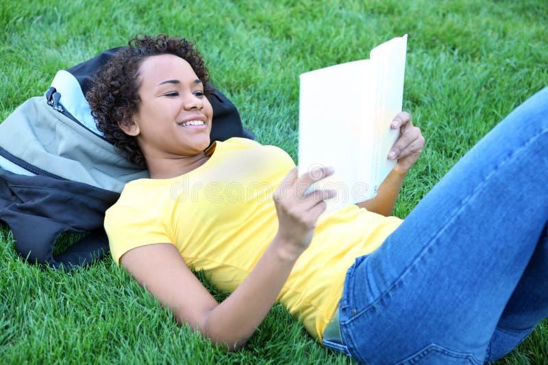 чтение афроамериканца милое стоковая фотография rf