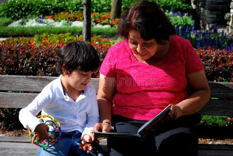 Чтение бабушки и внука совместно стоковая фотография rf