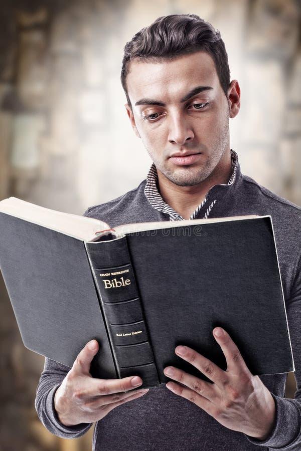 чтение библии святейшее стоковое изображение