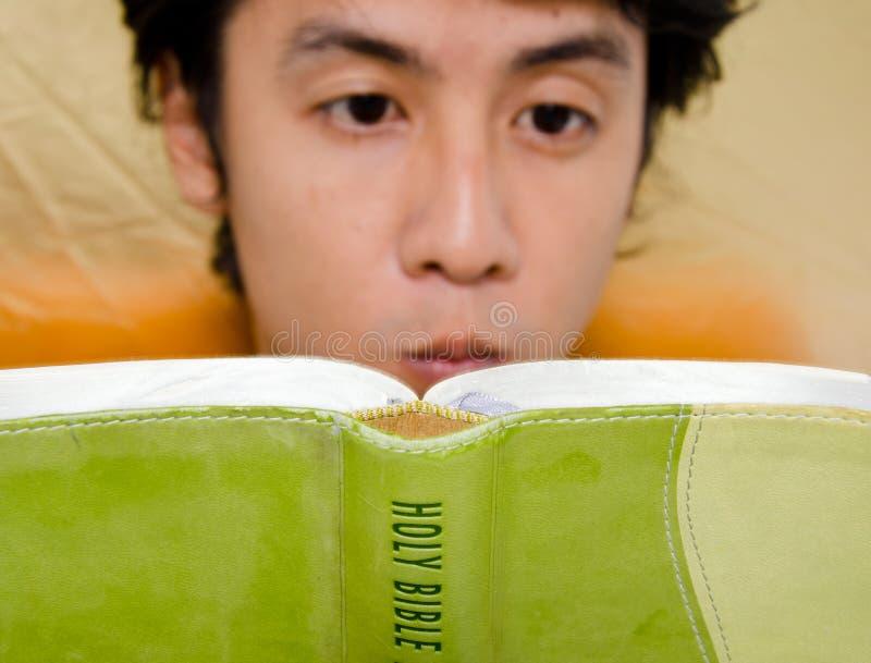 чтение библии стоковое фото