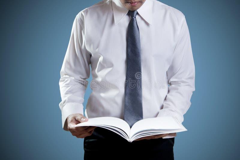 Чтение бизнесмена стоковые изображения