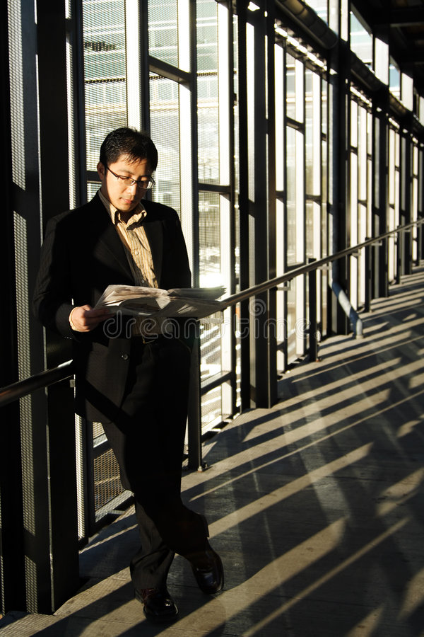 чтение бизнесмена стоковое фото rf