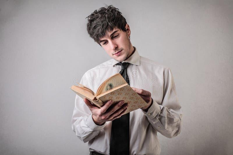 Чтение бизнесмена стоковая фотография